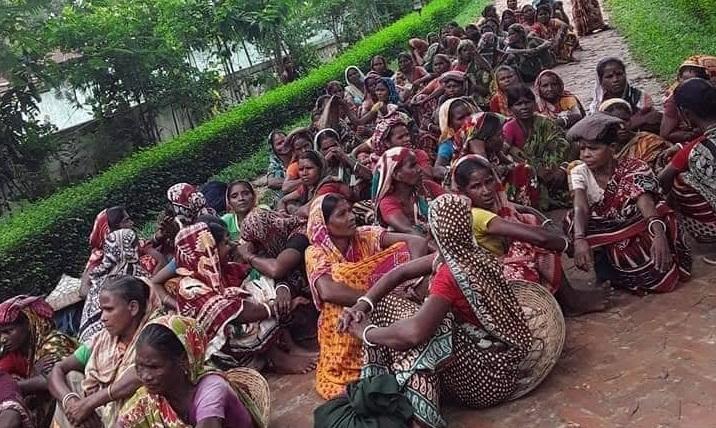 কুলাউড়ার লুহাইনি চা বাগানে ধর্মঘটে শ্রমিকরা